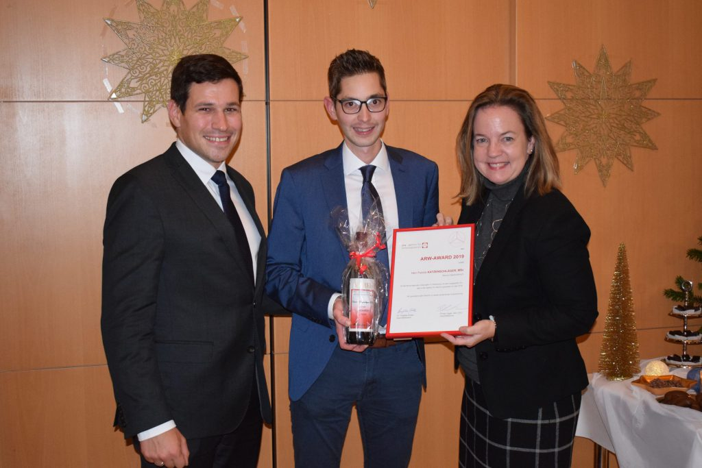 Die Geschäftsführer Philipp Egger und Angelika Schätz gratulierten Patrick Katzenschläger zum arw Arward 2019.