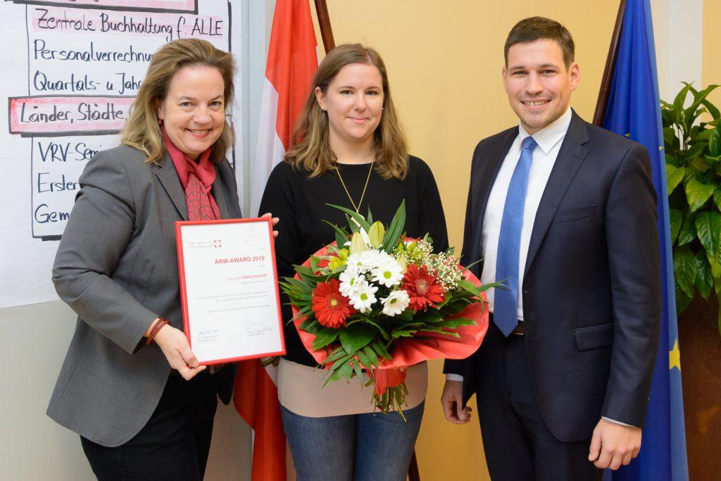 Die Geschäftsführer Philipp Egger und Angelika Schätz gratulieren Julia Hirschhofer zum arw Award 2019.